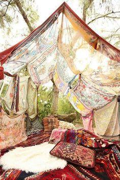 Je kunt de ruimte snel gezellig maken door met bomen, doeken/lakens en touw 'tentjes' te spannen.