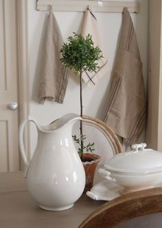 Little vignettes like this make me feel good just looking at them.  So pure and simple  -  what's not to love?