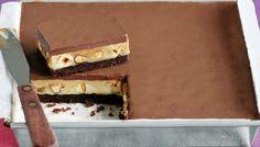 Συνταγή για ένα υπέροχο και λαχταριστό γλυκό ψυγείου με καραμέλα, σοκολάτα μπισκότο αλλά και φουντούκια που θα λατρέψετε σε κάθε μπουκιά του! Εκτέλεση Βουτυρώνετε ένα τετράγωνο ταψάκι διαμέτρου 19- 20 εκ. και 4 εκ. βάθος. Το στρώνετε καλά με χαρτί ψησίματος το οποίο πρέπει να προεξέχει τουλάχιστον 3 εκ. από το ταψί περιμετρικά. Για τη …