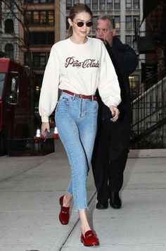 gigi hadid Gigi Hadid's laid-back yet polished style has always inspired our wardrobes. Take a closer look at some of her best outfits. Gigi Hadid Casual, Looks Gigi Hadid, Gigi Hadid Outfits, Gigi Hadid Style, Gigi Hadid Fashion, Winter Mode Outfits, Winter Fashion Outfits, Look Fashion, Looks Street Style