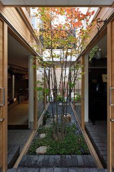 忘れてはいけない和の趣が生きる中庭のある家 #homify #ホーミファイ #中庭 #住まい #建築 長瀬信博建築研究所 の 三条のアトリエ