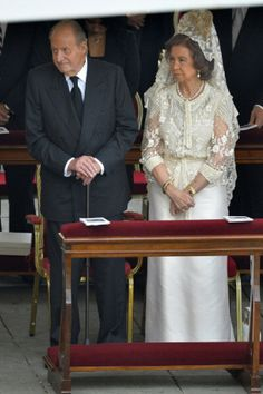 Spain's King Juan Carlos and Queen Sofia  take their seats before the canonization mass of Popes John XXIII and John Paul II on St Peter's at the Vatican on 27.04.14.