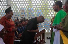 Rais Dkt. Magufuli Asali Ibada Ya Jumapili Katika Kanisa Katoliki La Mtakatifu Petro Jijini Dar Es Salaam.