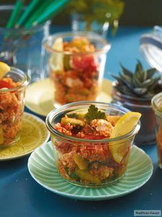 Unseren Bulgursalat servieren wir in niedlichen Gläschen, dann bleibt eine Hand frei für einen erfrischenden Cocktail!