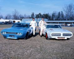 Richard Petty's Plymouth and Buddy Baker's Dodge Charger Richard Petty, King Richard, Real Racing, Auto Racing, Nascar Race Cars, Look Retro, Vintage Race Car, Car And Driver, Race Day