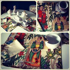 Jogo Americano + Guardanapos Frida!   Olha como fica incrível a mesa posta com o Jogo americano da Frida, com guardanapos combinando e nossas lindas porcelanas banhadas a ouro e prata. Tropical chic demais! :D    Veja todos os tecidos importados que temos com estampas incríveis, estampas exclusivas criadas por nós, e produtos que você pode encomendar com elas em nosso site ;)
