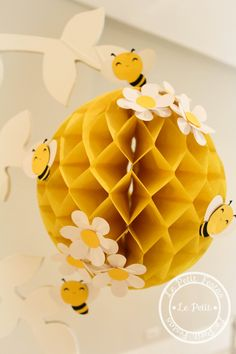 Child theme bee decoration in 2020 Mommy To Bee, Bumble Bee Birthday, Baby Birthday, Bee Crafts, Crafts For Kids, Decoration Creche, Bee Theme, Baby Shower Themes, Bumble Bee Decorations