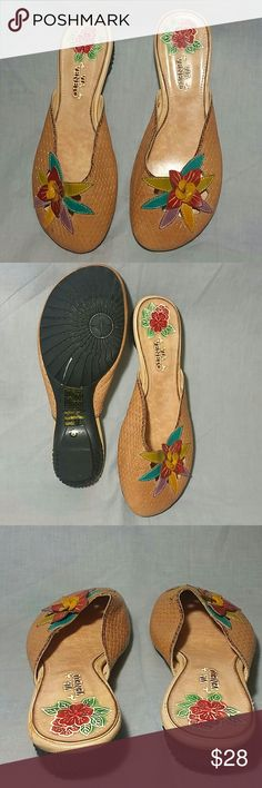 Women's Clogs VIA VENETO Shoes Tan 8 M Leather Genuine leather upper a very nice, cute floral design clogs item is in very good condition. (Please check my discount bundle thanks for visiting). VIA VENETO  Shoes Mules & Clogs