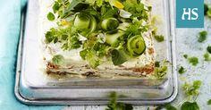 Miniyrteillä koristeltu voileipäkakku kätkee sisäänsä amerikkalaisia makuja: majoneesia, pastramia ja cheddaria.