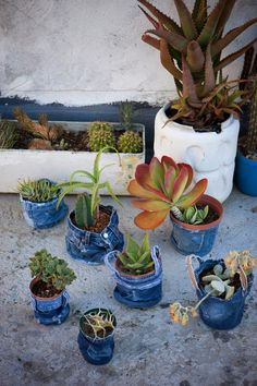 Jeans plant pots - skirts, tshirts, to cover buckets Jean Crafts, Denim Crafts, Garden Crafts, Garden Art, Do It Yourself Jeans, Denim Ideas, Flower Pots, Succulents, Projects To Try