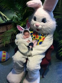 Easter Bunny Photos with Kids Funny Easter Bunny, Easter Bunny Pictures, Happy Easter Messages, Bunny Party, Easter Colors, Vintage Easter, Colorful Pictures, Rabbit