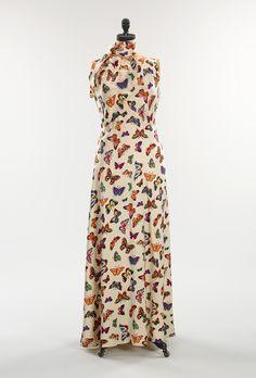 Ontwerper: Elsa Schiaparelli Gemaakt in: Jaren 30-40 Materiaal: Satijn Bijzonder: De jurk staat vol met een print van kleurrijke vlinders.