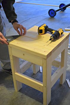 Make this easy diy shop stool using only 3 - boards. Easy Woodworking Projects, Woodworking Bench, Diy Wood Projects, Woodworking Videos, Woodworking Shop, Woodworking Equipment, Woodworking Machinery, Diy Furniture Plans, Diy Outdoor Furniture