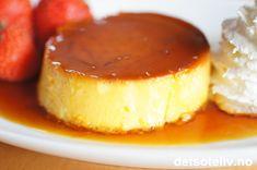 Dette er en luksusvariant av karamellpudding som lages med mange eggeplommer og kremfløte. Resultatet blir en skikkelig tykk og kremete karamellpudding. Jeg har denne gangen valgt å lage 4 porsjonsstørrelser. Server denne karamellpuddingen gjerne sammen med søt, pisket krem og friske bær ved siden av. En himmelsk god dessert!