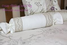 Un tutorial fácil para confeccionar un precioso cojín en forma de caramelo, ideal para una habitación con un toque romántico, o para decorar un cuarto de beb... Bed Pillows, Cushions, Pillow Tutorial, Baby Necessities, Flower Pillow, Sewing Pillows, Baby Quilts, Diy And Crafts, Pillow Covers