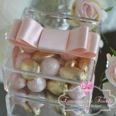 Scatola in plexiglass impreziosita con importante fiocco in raso nella variante colore rosa confetto, 5 confetti di mandorla http://www.emozionicoifiocchi.com/collezioni/245-be005.html #MatrimonioItaliano #Bomboniera #Wedding #shoponline