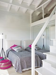 twin bed guest room in this fresh beach house. great w/ pops of pink and lots of linen!