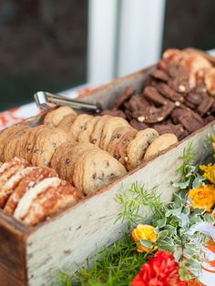 Rustic wedding cookie bar that has a relaxed, but elegant look. Rustic wedding cookie bar that has a relaxed, but elegant look. See more cookie bar wedding favors and party ideas at ww. Cookie Bar Wedding, Dessert Bar Wedding, Wedding Cookies, Wedding Reception, Cookie Bar Party, Wedding Desert Table, Wedding Cake, Wedding Snacks, Reception Food