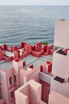 A Postmodern Summer Dream - Apartment Complex La Muralla Roja in Calpe, Spain designed by Spanish architect Ricardo Bofill in 1968 Art Et Architecture, Amazing Architecture, Architecture Geometric, Modern Buildings, Beautiful Buildings, Deco Cool, Modernisme, Apartment Complexes, Red Walls