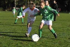 Iedere jonge voetballer moet kunnen spelen en trainen op zijn of haar eigen niveau. Om dit mogelijk te maken stimuleert de KNVB gemengd voetbal, waarbij meisjes tot 19 jaar met en tegen jongens kunnen spelen.