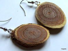 Boucles d'oreilles rondelles de bois brut sur crochets argentés : Boucles d'oreille par fangiella1