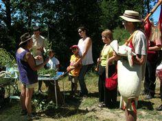 """Journée """"Enfant Sauvage"""". Animation sur les plantes comestibles (Lacaune). http://www.tourisme-montsdelacaune.com"""
