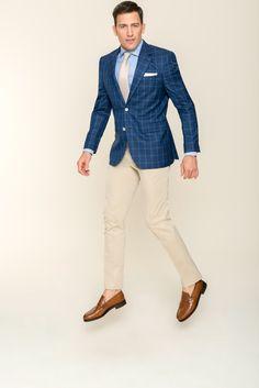 Noch eine informelle Bereicherung für Ihre Garderobe mit einem karierten Herrensakko und einer hellen Hose nach Maß von DOLZER. Der zweifach geknöpfte Einreiher ist aus reiner Schurwolle gefertigt. Die dünnen, hellblauen Linien der Karos setzen sich elegant vom Untergrund in dunklem Blau ab. Die Kombination des quadratischen Dessins mit dem ruhigen Farbton bietet geschickt eine sportlich Note. Wir empfehlen Ihnen ein verbindendes Element durch die Farbwiederholung bei Sakkoknöpfen und -hose.
