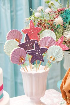 Festa infantil com tema Sereia - Constance Zahn Mermaid Party Favors, Mermaid Theme Birthday, Unicorn Birthday Parties, Ocean Party, Little Mermaid Parties, Beach Party Invitations, Baby Party, Birthday Decorations, First Birthdays