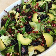 Jeg fik salattjansen til nytår, det blev til denne smukke og lækre salat. Opskrift: (Ca. 12 personer) 1 pakke blandet salatblade (180g) 1/2 iceberg salat 16 store brombær 1/2 granatæble 1 pakke grønne asparges 2 avocadoer 1/2 pakke sukkerærter 1 spsk citronsaft 2 spsk havtorn eddike (eller anden eddike) 2 spsk olivenolie 1 spsk agavesirup …