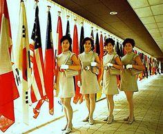 思い出のEXPO 70 万国旗とホステス 70年の「花」は万国博のホステス嬢たち。「進歩と調和」の旗印のもと、馳せ参じる。日本は勿論、世界各国の美女達が観客の目を楽しませてくれた。