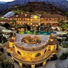 ImageFind images and videos about house and apartment on We Heart It - the app to get lost in what you love. Huge Mansions, Mansions Homes, Crystal Palace Madrid, Dream Home Design, House Design, Beverly Hills Houses, Restaurant Concept, Modern Mansion, Celebrity Houses
