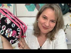 Estojo 3 Zíperes por Angela Garcia (Patchwork Criativo) - YouTube Diy Bag Designs, Backpack Pattern, Handmade Purses, Pencil Bags, Diy Hair Bows, Fabric Dolls, Diy Hairstyles, Sewing Hacks, Diy Fashion