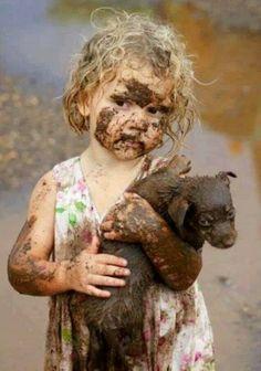 Sevgi dolu şevkat dolu merhamet dolu bir güzellik. maşaAllah. köpeği çamurdan kurtaran güzellik ve şevkati.