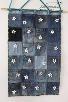 Advenskalender aus alten Jeans Advenskalender from old jeans Advent calendar from old jeans The post Advenskalender from old jeans appeared first on desk ideas. Upcycled Crafts, Upcycled Clothing, Diy Bags Jeans, Diy Jeans, Next Jeans, Altering Jeans, Floral Patches, Recycle Jeans, Diy For Kids