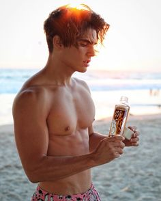 """21.1 mil Me gusta, 235 comentarios - Troy Del Rey 🌵 (@troypes) en Instagram: """"Bish my tits are on fire with this Californian summer - @vossworld sparkling favours are so good,…"""""""