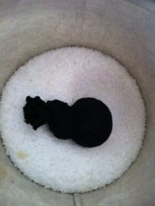 Jetzt geht es mit dem fröhlichen Waschzeug weiter! Dieses Rezept ist allerdings nichts für Sachen aus Wolle und Seide, weil das Natron die Fasern aufbauscht. Dazu gibt es hier einen Extrapost, mit ...