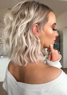 Charming Medium Waves Blonde Haircuts for Girls in 2020 | Voguetypes Medium Length Blonde, Medium Blonde Hair, Medium Short Hair, Medium Hair Cuts, Loose Curls Short Hair, Messy Short Hair, How To Curl Short Hair, Medium Hair Styles For Women, Short Hair Styles Easy