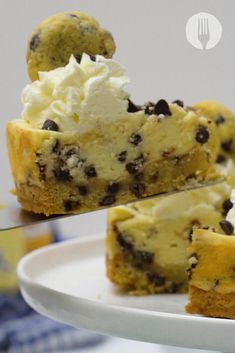 Chocolate chip cookies + Cheesecake = BEST COMBINATION EVER👇😱🍫🍪 Chocolate Chip Cookie Cheesecake, Cheesecake Cookies, Chocolate Chip Cookies, Dinner Party Desserts, Kinds Of Desserts, Cake Flour, Cake Tins, Melting Chocolate, Tray Bakes