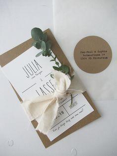 Trouwkaart grafisch zwart wit kraftkarton - Julia & Lasse #trouwkaart #kraftkarton #zwartwit #trouwkaartontwerp #huisengrietje