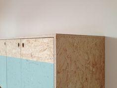 OSB platen kennen we allemaal wel. Het is een materiaal met een heel herkenbare look en het wordt vaak gebruikt voor constructies in de bouw. Bijvoorb