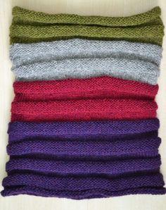 Gestreifte Kapuze gestrickt mit lila, grün, rot und grau, so gemütlich und warm.  Hergestellt aus; 90 % Baby Alpaca 5 % Merinowolle 5 % Polyamid.  Messungen; 60cm/23 breit 30cm/12 hoch motiviert 50cm/20 hoch gestreckt.  Diese Haube fühlt sich so weich, dass es ein Vergnügen zu tragen sein wird.  Es kann als eine Kapuze oder eine Capelet oder eine Kapuze über Ihren Kopf getragen werden. Sie können es mit Jeans tragen, und es werden schöne über eine Jacke. Es ist auch eine große Abnutzung für…