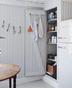 An Idyllic Swedish Summer Cottage (and Caravan) on Gotland (my scandinavian home) – toptrendpin. Swedish Cottage, Wooden Cottage, Kitchen Interior, Interior Design Living Room, Summer Cabins, Cabin Design, Scandinavian Home, Nordic Home, Beach Cottages