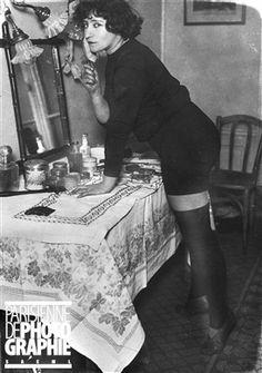 Colette (1873-1954), écrivain français, à ses débuts, au Ba-Ta-Clan, dans la revue Ca grise . Paris, 4 avril 1912.