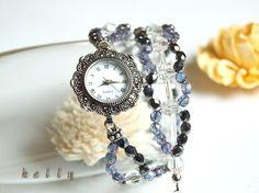 アンティークシルバーの飾り枠がゴージャスな腕時計です。枠には小さなブラッククリスタルが埋め込まれています。文字盤は貝製、針はシルバー、文字は黒です。2種類のチ...|ハンドメイド、手作り、手仕事品の通販・販売・購入ならCreema。