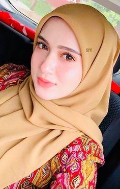 Girl in Hijab Beautiful Muslim Women, Beautiful Hijab, Abaya Fashion, Muslim Fashion, Fashion Muslimah, Hijab In Quran, Fashion Week, Girl Fashion, Moslem