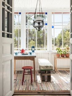 glass veranda, country-style punch veranda with rustic décor and wooden mats Patio Vintage, Kitchen Interior, Interior And Exterior, Porches, Scandinavian Cottage, Interior Styling, Interior Design, Cozy Living, Cottage Style