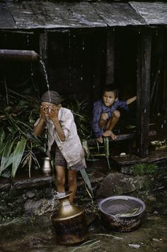 by Steve McCurry - Kathmandu, Nepal Steve Mccurry, We Are The World, People Around The World, Around The Worlds, Ansel Adams, Tibet, Vietnam, World Press Photo, Water People