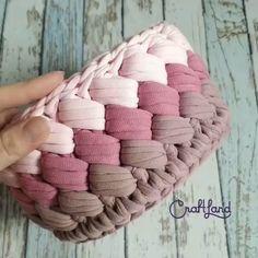 Photos and Videos Crochet Handles, Crochet Basket Pattern, Crochet Stitches Patterns, Crochet Designs, Knitting Patterns, Crochet Home, Diy Crochet, Crochet Crafts, Crochet Projects