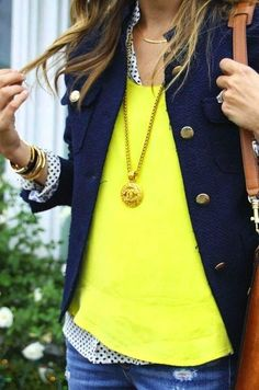 ドット柄とイエローセーターのレイヤードスタイルにボタン付きのネイビージャケットを羽織ったコーデ♪可愛い