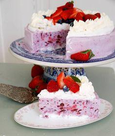 Glasstårta med bär och maräng!   Fredriks fika No Bake Desserts, Dessert Recipes, Fika, Jello, Vanilla Cake, Mousse, Creme, Cooking Recipes, Ice Cream